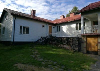 Ovien, ikkunoiden ja metallikaiteiden kunnostus ja maalaus, Liinasaarentie 9 Espoo